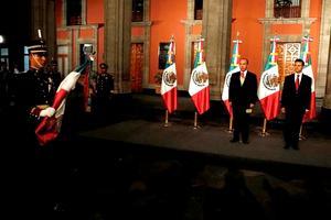 La ceremonia comenzó justo en el primer minuto de este sábado, cuando Calderón y Peña Nieto bajaron por una escaleras hasta un patio del Palacio Nacional, y terminó, seis minutos después, con el himno nacional.