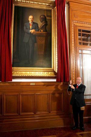 Felipe Calderón devela su cuadro en la galería de los presidentes.