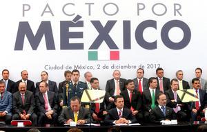 Al Castillo de Chapultepec llegaron alrededor de cien miembros de la clase política, entre gobernadores y legisladores, que atestiguaron la suscripción de dicho acuerdo.