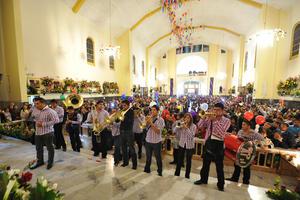 Miles de personas acudieron a cantarle Las Mañanitas a La Virgen. En la parroquia estuvieron la banda Cielo Azul y la cantante María Inés Blanco, mientras que el Obispo de Torreón, José Guadalupe Galván Galindo, ofició una misa.