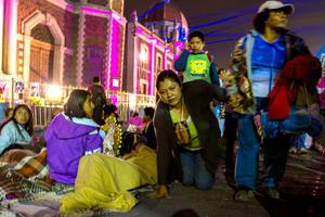 Tanto adultos como niños procedentes de distintos estados acudieron por la noche a cantar las tradicionales 'mañanitas' a la Virgen de Guadalupe.