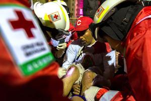 Más de un centenar de médicos y enfermeras trabajan en la zona, donde se instalaron módulos de atención y ambulancias.