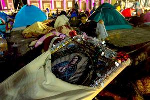 """La celebración del día de la """"Morenita"""" del cerro Tepeyac comenzó en el primer minuto del 12 de diciembre. Buena parte de los fieles pasaron la noche a la intemperie, apenas cubiertos con mantas o sacos de dormir, en los alrededores del templo católico más visitado del mundo después de la Basílica de San Pedro."""