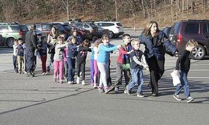 Los disparos ocasionaron que numerosos alumnos salieran huyendo despavoridos hacia un estacionamiento de la Escuela Primaria Sandy Hook, en Newtown.