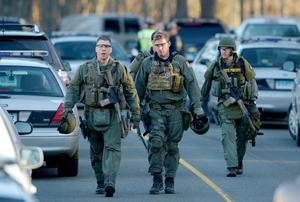 Un equipo de elite de la policía se unió a numerosos agentes que acudieron a la institución.