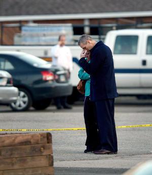 El atacante murió dentro de la escuela.