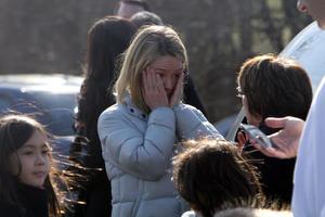 La policía le pidió a los alumnos cerrar los ojos cuando salieran del edificio.