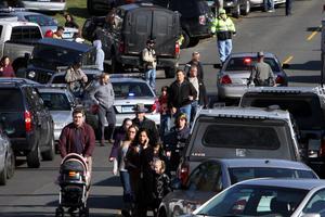 Decenas de padres también llegaron al colegio a buscar a sus niños.
