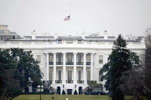 Obama ordenó que las banderas en edificios de gobierno e instalaciones militares se coloquen a media asta durante cuatro días en señal de duelo por las víctimas.