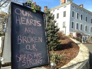 """Carteles colocados en las tiendas y las casas con mensajes como """"abraza hoy a un profesor"""" o """"nuestros corazones están rotos"""" ponían de manifiesto el dolor de la comunidad, que afronta la tragedia unida."""