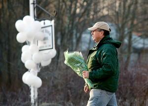 Ciudadanos acudieron con flores para rendir tributo a las víctimas del tiroteo.