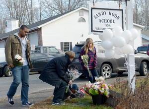 Familias colocaron velas y flores en las inmediaciones de la escuela.