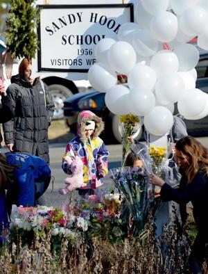 Los habitantes de Newtown, amanecieron conmocionados por la pérdida de 28 de sus vecinos, pero resueltos a afrontar la tragedia como una gran familia unida.