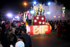 El trineo de Santa Claus fue la atracción principal del desfile.