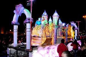 Las princesas de Disney saludaban a los asistentes durante el recorrido.