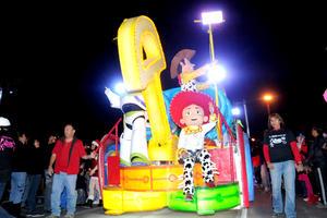 Personajes de Disney encantaron a los niños que asistieron al desfile.