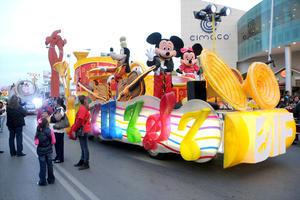 Los más de 200 voluntarios que representaron a los personajes más famosos de Disney y Warner desfilaron en llamativos carros alegóricos.
