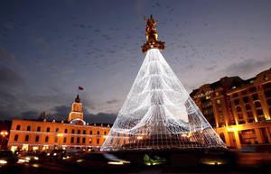 Vista de la estatua de San Jorge decorada como un árbol de Navidad en el centro de Tiflis, Georgia.