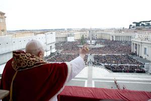 Desde el balcón central de la Basílica de San Pedro y ante más de 80 mil personas congregadas en la plaza vaticana, el Papa felicitó por la fiesta que recuerda el nacimiento de Cristo y pasó revista a las principales crisis que afectan diversas regiones del mundo.