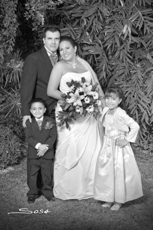 DAVID Salais Salazar y Adriana Vargas Gómez, el día de su boda; los acompañan sus hijos Rodrigo y Daniela Salais Vargas.- Studio R. Sosa