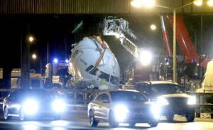La cabina del avión cayó sobre la calzada de la autopista ante el asombro de los conductores que circulaban a esa hora a la altura del aeropuerto.