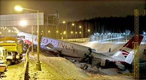 El Túpolev se partió en tres partes tras colisionar y derribó la valla que separa las instalaciones del aeropuerto de la autopista Kíevskoye de la capital rusa.