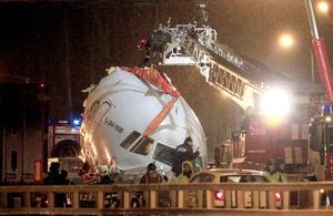 Un avión ruso Tupolev Tu-204, con ocho miembros de la tripulación abordo, sobrepasó la pista cuando aterrizaba en el aeropuerto de Vnukovo de Moscú y se incendió.
