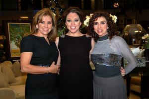 """La futura mamá en compañía de las anfitrionas del """"baby shower"""", Olga Pérez de Luna y Oralia Pérez."""