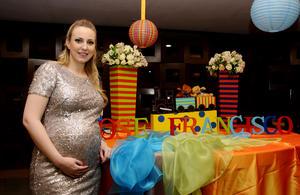 """Elena Villarreal lució radiante durante su """"baby shower"""""""