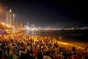 En Acapulco miles de personas recibieron el año nuevo en la playa.
