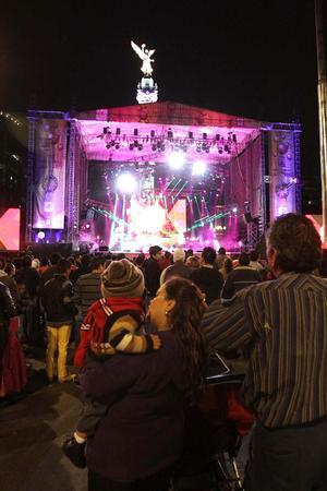 En la Ciudad de México, miles de personas se dieron cita en el Ángel de la Independencia para celebrar el año nuevo con un concierto.