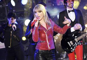 Taylor Swift deleitó a los asistentes en Times Square durante la celebración de año nuevo.