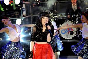 La cantante canadiense Carly Rae Jepsen se presentó en la celebración de año nuevo en Times Square.