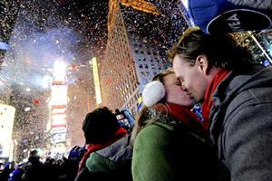 Cientos de miles de personas colmaron Times Square, en la Ciudad de Nueva York, para observar el descenso anual de la esfera cubierta de cristal y dar la bienvenida al año nuevo 2013.