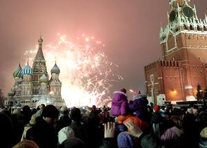 Cientos de personas observaron los fuegos artificiales durante la celebración de Año Nuevo en la Plaza Roja de Moscú, Rusia.