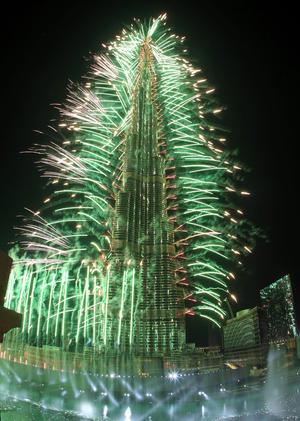 En Dubai, fuegos decoraron el Burj Khalifa, el edificio más alto del mundo, durante las celebraciones de año nuevo.