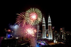 Un espectáculo de fuegos artificiales en las torres Petronas de Kuala Lumpur, recibieron el año nuevo en Malasia.