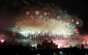 El festejo mundial comenzó en Sydney, Australia, donde se lanzaron siete toneladas de juegos pirotécnicos desde techos y barcazas, muchos de ellos en forma de cascada desde el Puente del Puerto, una extravagancia que costó 6.9 millones de dólares y que según los organizadores es la más grande del mundo.