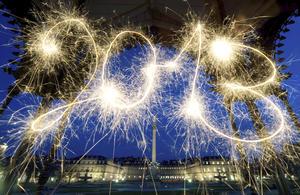 Personas de todo el mundo celebran la llegada del 2013 en espectaculares festejos de cada país.