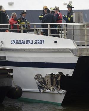 El buque, que navegaba aparentemente a entre 10 y 12 nudos de velocidad, golpeó primero un embarcadero y posteriormente un segundo.