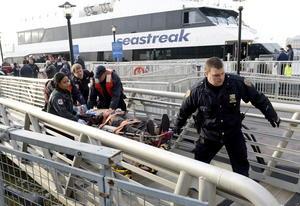 El accidente ocurrió a las 08:40 hora local (13:40 GMT) cuando el ferry de alta velocidad Seastreak cargado de personas que acudían a trabajar llegó aparentemente con más velocidad de la debida y chocó contra el muelle número 11 del puerto del extremo sur de la isla de Manhattan.