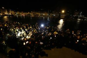El acto central fue el de las 21:45 horas, con un minuto de silencio en honor a las víctimas y el lanzamiento al mar de 32 farolillos encendidos en el momento exacto en el que se cumple un año del choque contra las rocas del Costa Concordia.