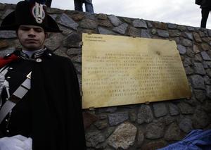 La placa conmemorativa tiene los nombres de las 32 víctimas de la tragedia del Costa Concordia.