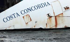 Los restos del barco, propiedad de la naviera Costa Cruceros, siguen encallados frente a la isla rodeados de gigantes estructuras de metal para permitir una remoción que se ha retrasado los últimos meses y que se prevé que pueda terminar como máximo en septiembre.