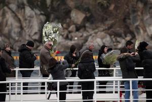 Algunas de aquellas personas que vivieron más o menos de cerca el naufragio en la fría noche del 13 de enero de 2012 quisieron regresar a la pequeña isla italiana, para honrar la memoria de los 2 desaparecidos y 30 muertos.