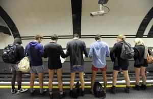 Miles de jóvenes británicos se despojaron de sus pantalones en las distintas estaciones de Metro.