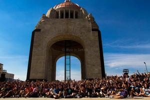 La acción popular, que culminó con una foto masiva en torno al Monumento a la Revolución de la capital mexicana, tuvo un tono lúdico-festivo desde el principio a fin.