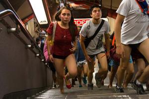 De acuerdo con los organizadores del evento, que se lleva a cabo de manera anual, este 2013 se cumplió la meta de reunir a cinco mil personas que viajaron sin pantalones a través del Sistema de Transporte Colectivo (STC) Metro.