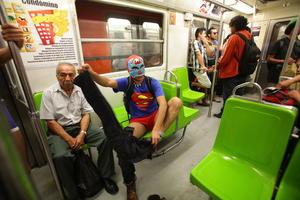 Los usuarios capitalinos no dudaron en despojarse de sus pantalones en el Metro de la Ciudad de México.