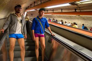 La Ciudad de México se unió al movimiento y los usuarios tomaron el servicio del Metro en ropa Interior.
